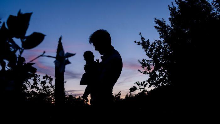 père et sa fille se découpent devant un coucher de soleil