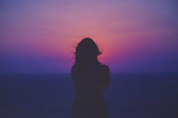 silhouette en contre jour au coucher du soleil